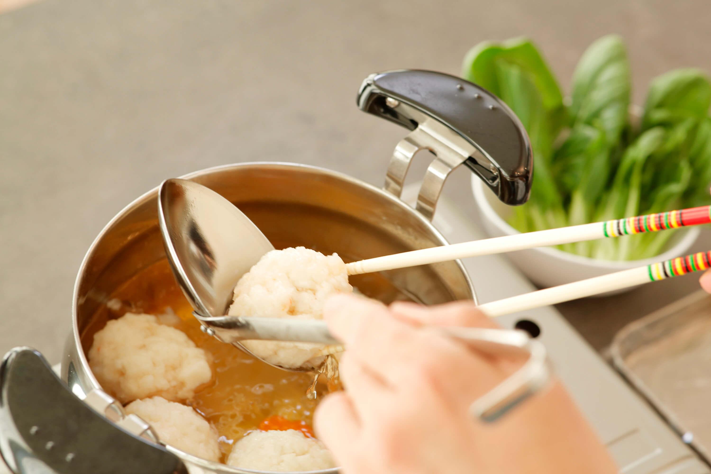竹串で人参としんじょに火が入っているかを確認し、美青菜を入れて火を止める。