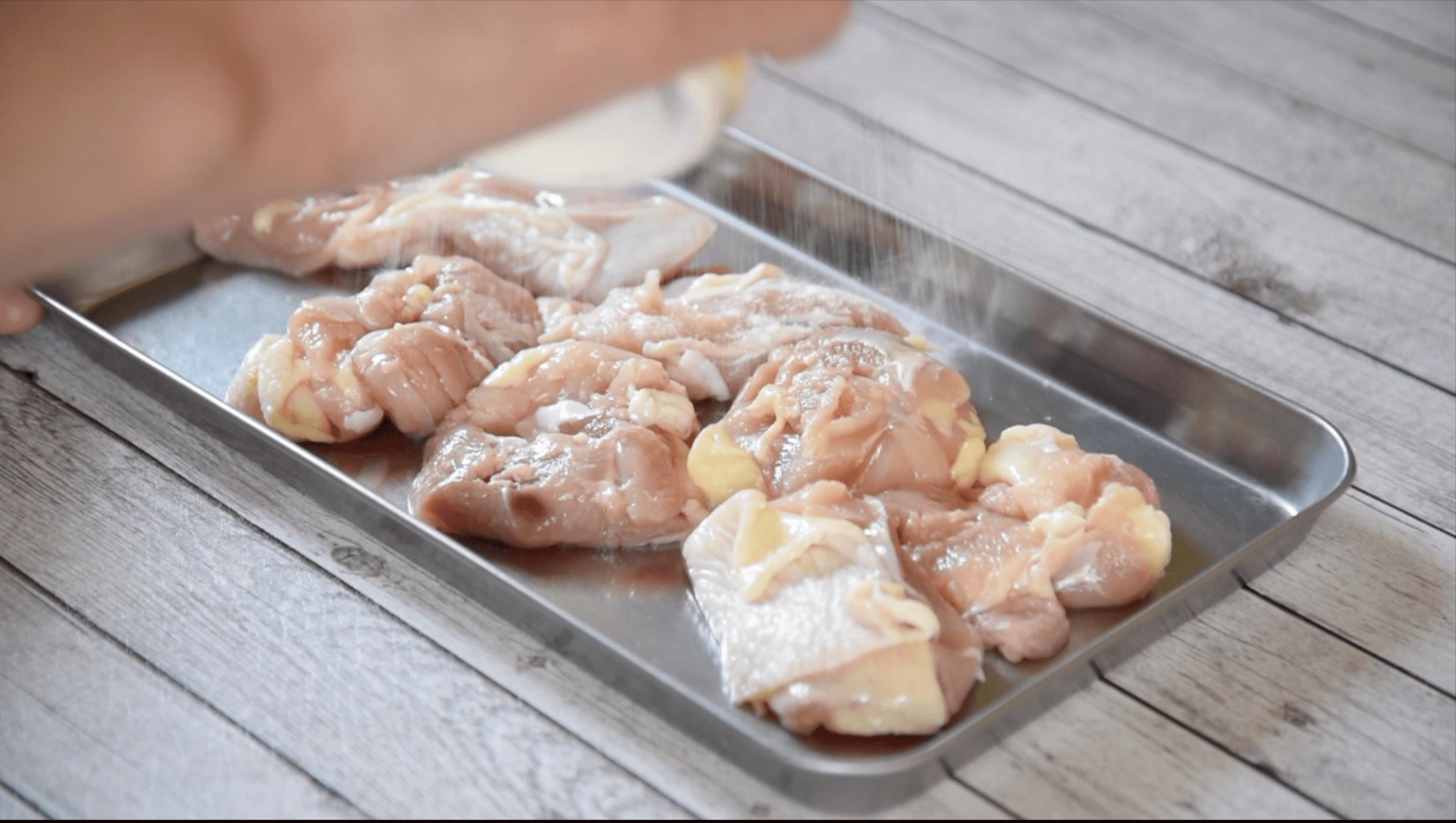 鶏もも肉に薄く薄力粉をまぶす