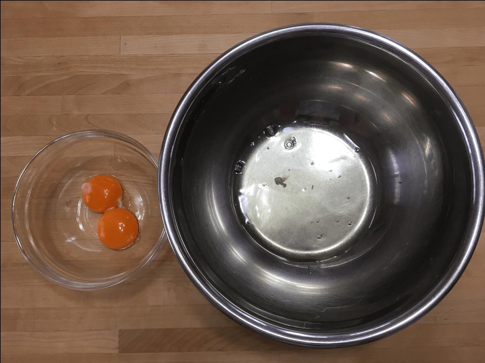 卵を卵白と卵黄に分けます。