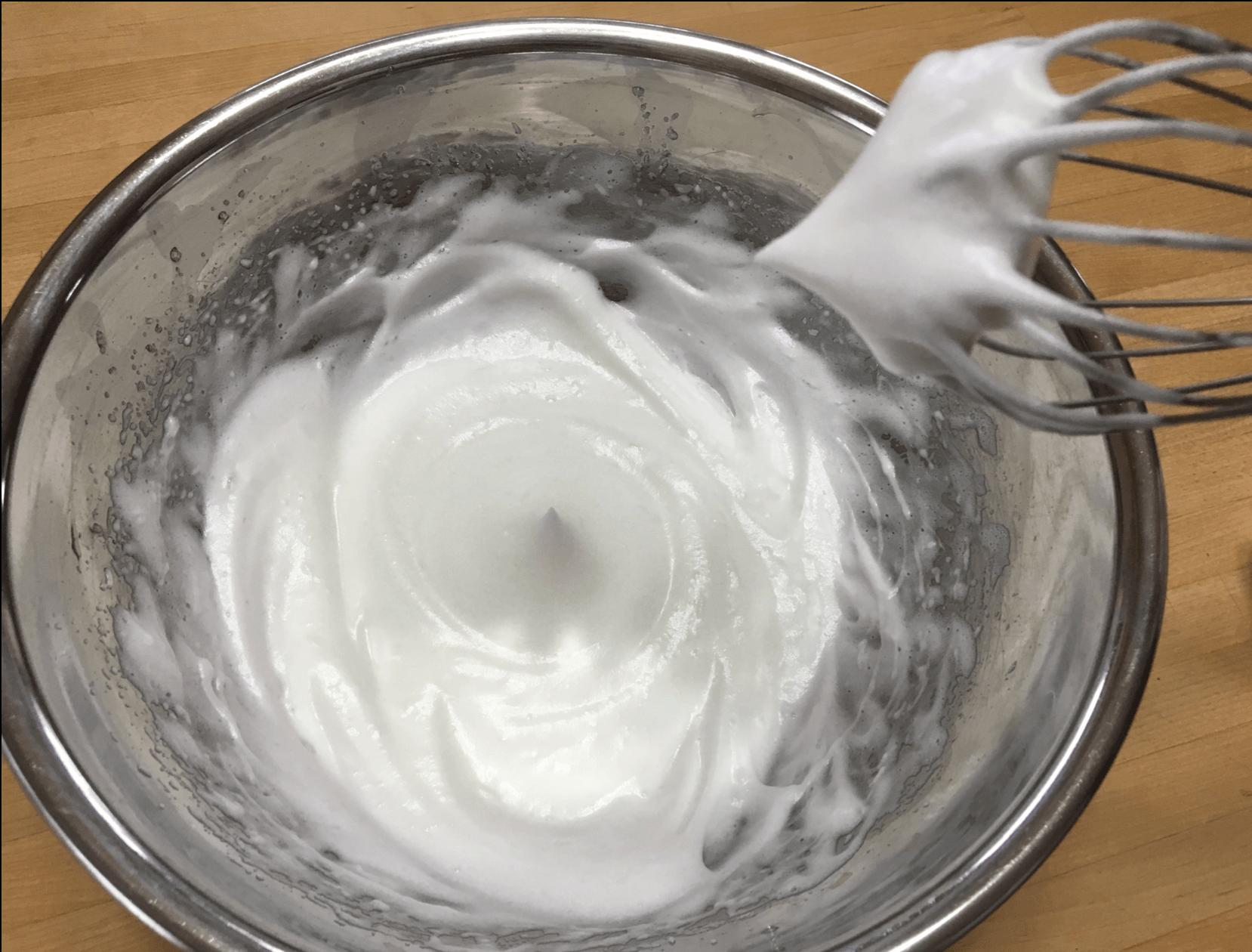 砂糖をいれてツノがたつまで混ぜ合わせます。