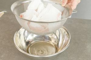 6.容器に流し入れ、粗熱を取り冷蔵庫で冷やし固める(トマトクリスタル)