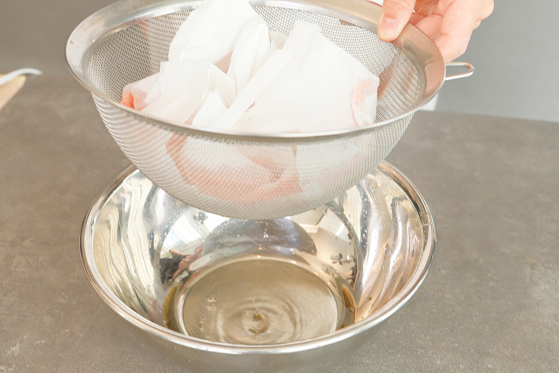 容器に流し入れ、粗熱を取り冷蔵庫で冷やし固める(トマトクリスタル)