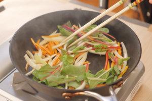 フライパンを綺麗にし、ごま油小さじ1を入れて人参→玉葱→スイスチャードの順に炒めて火を入れる