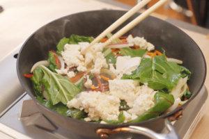 水切りした豆腐を加え、崩さないように丁寧に炒め、温まったら豚肉を入れる