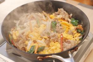 めんつゆと水、醤油を加え味が整ったら半熟にしたたまごを加えサッと合わせて完成。