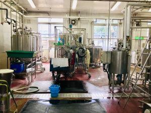 乳酸菌はステンレス製のタンクの中で添加されます。