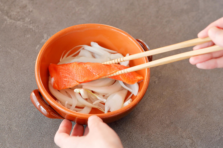 耐熱容器に1の玉ねぎを入れて生鮭をのせ、ラップをふんわりとかけてレンジ600Wで約2分加熱する。鮭に火が通ったら、鮭の皮と骨を取り除き、粗くほぐす。