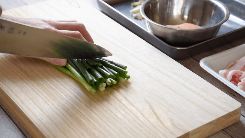 青ねぎは根元を切り落として4cm長さに切り、しょうがの甘酢漬けは半分の大きさに切る