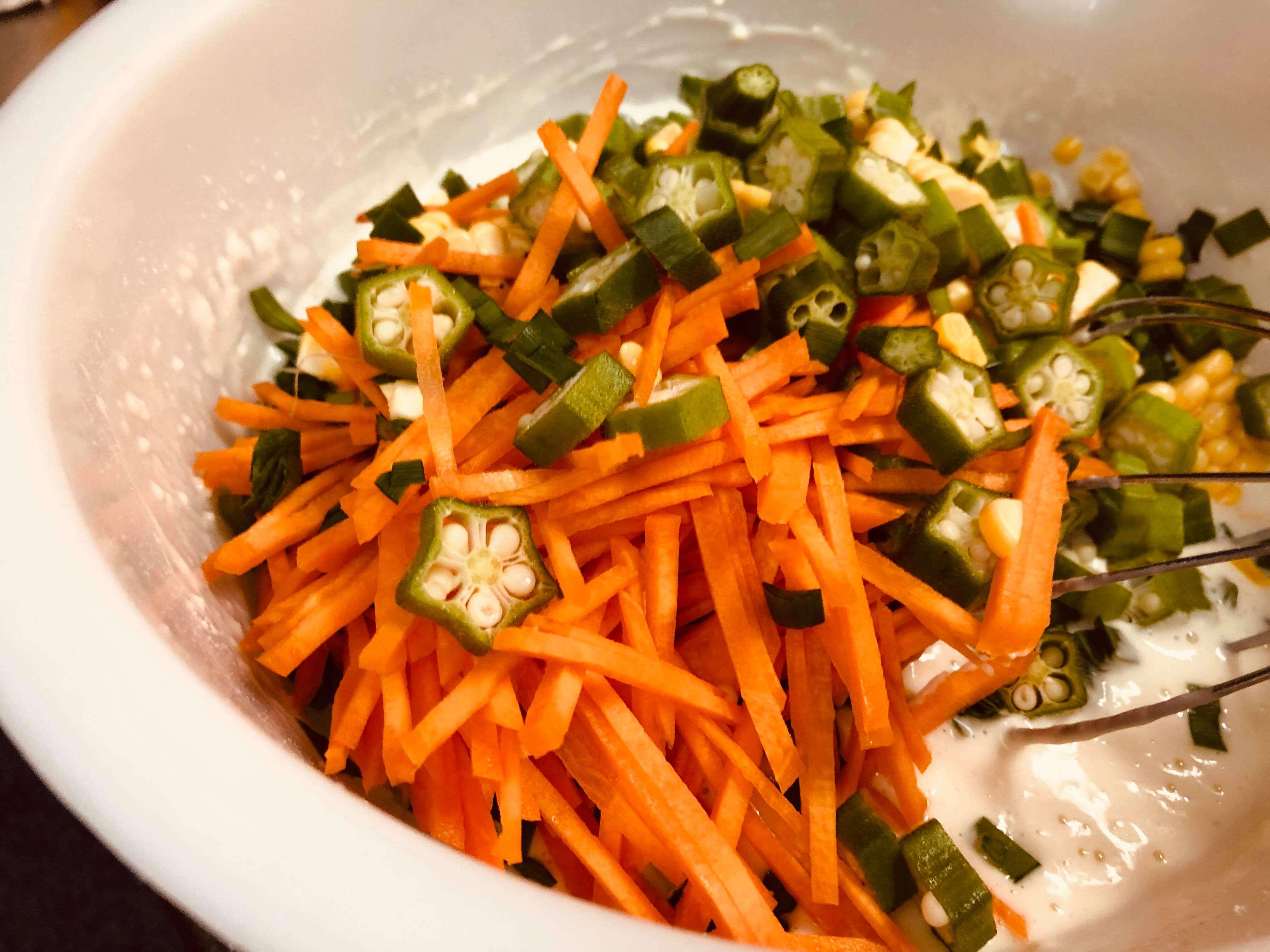 そこにカットした野菜を軽く混ぜ合わせます。