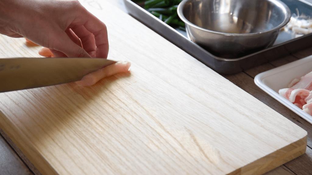 豚バラ薄切り肉に薄力粉を薄くまぶし、1をのせてしっかりと巻く。これを8本作る。