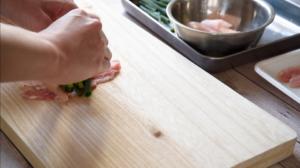 フライパンにごま油を中火で熱し、2を綴じ目を下にして並べ入れ、塩こしょうをふる。