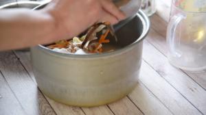 1をザルに上げて水気を切り、炊飯釜に入れてAを加え、一度混ぜ合わせて2をのせ、炊く