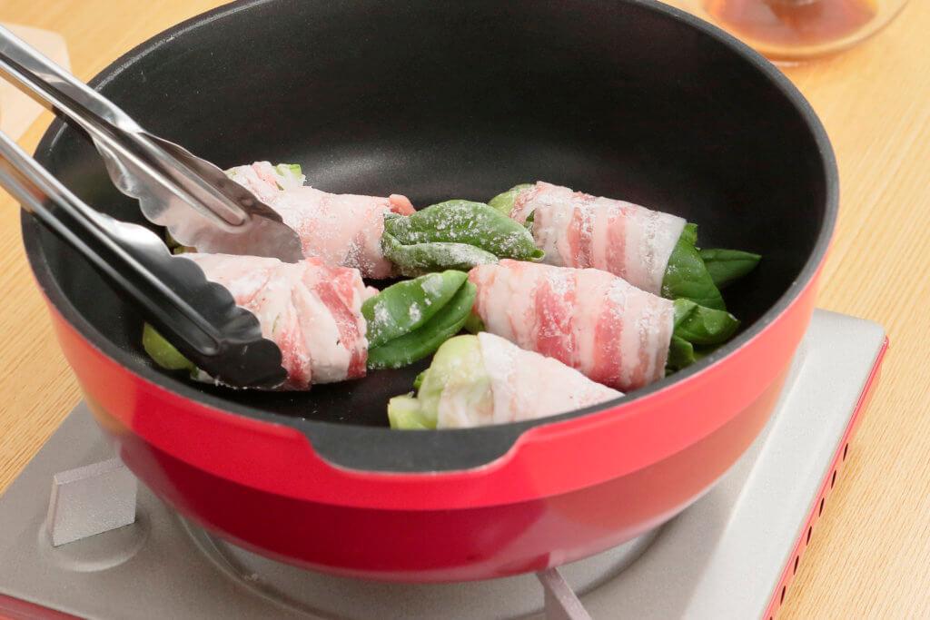 フライパンにサラダ油をひいて火にかけ、巻き終わりを下にして並び入れ、全体に焼き色をつける。
