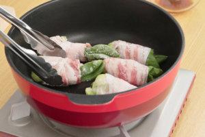 フライパンにサラダ油をひいて火にかけ、2の巻き終わりを下にして並び入れ、全体に焼き色をつける。