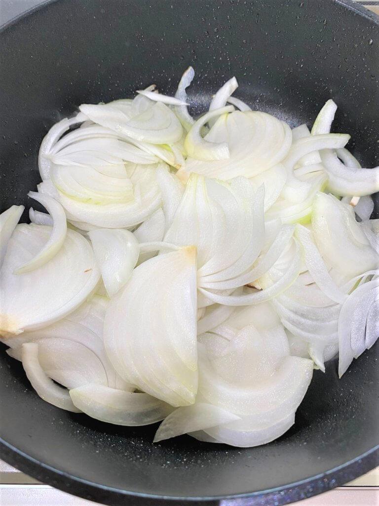 2のフライパンにバターを入れて熱し、1の玉ねぎを炒め、しんなりとしてきたら、マッシュルームを加える。